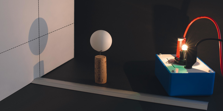 Ombre d'une boule portée sur un écran.
