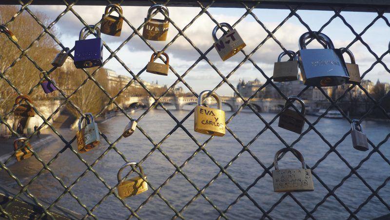 Cadenas d'amour sur le Pont des Arts
