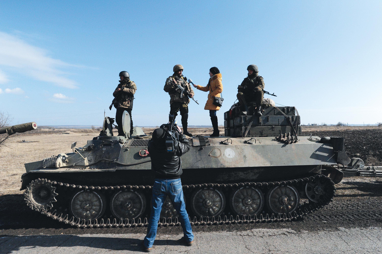 Des journalistes interrogeant des membres de l'armée ukrainienne
