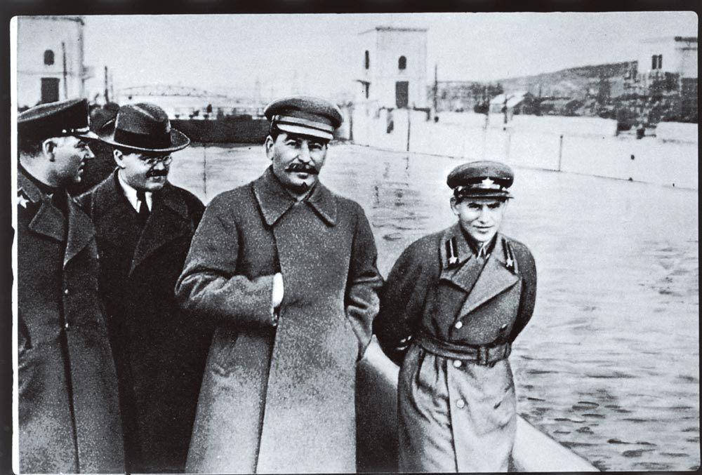 Vorochilov, Molotov, Staline et Yezhov (ou Iejov)