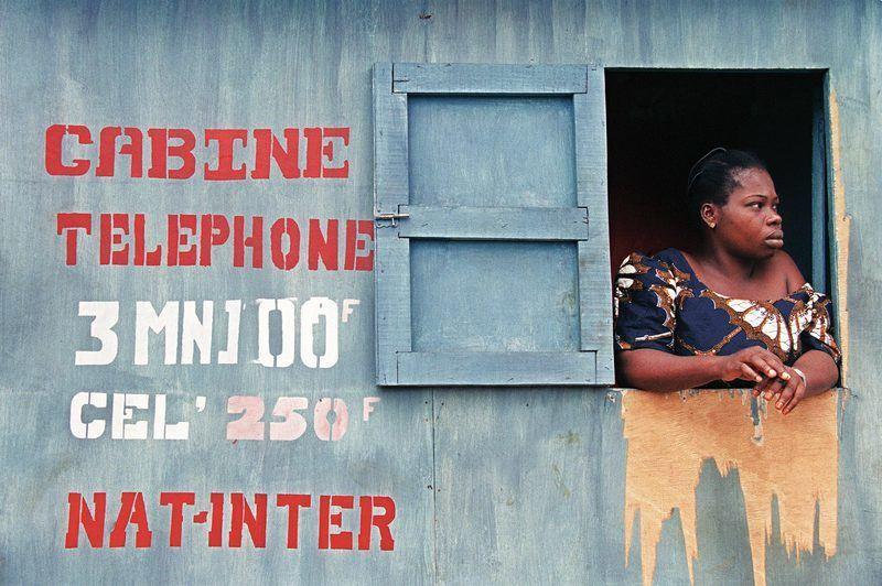 Une cabine téléphonique et sa propriétaire