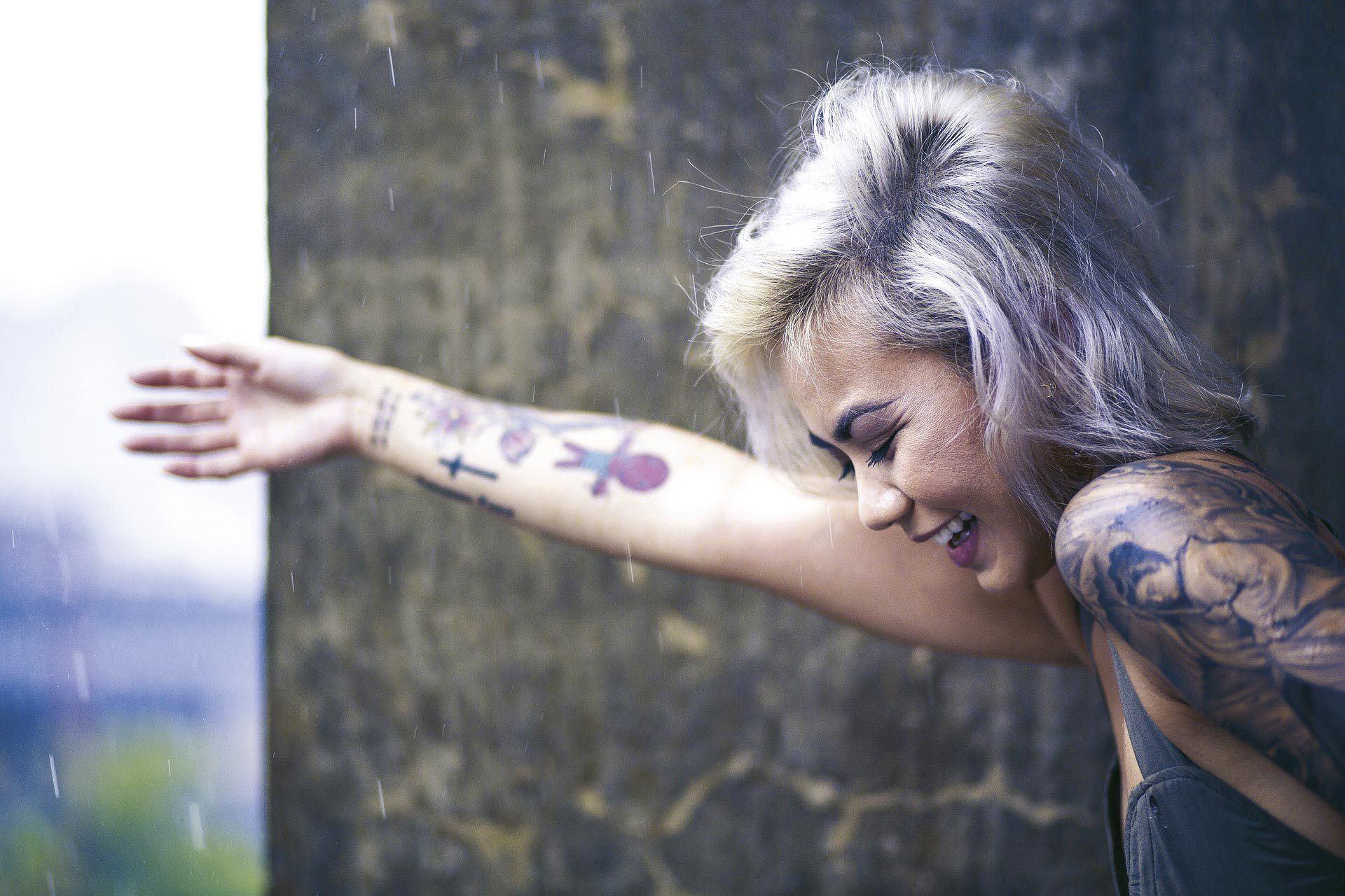 Jeune femme tatouée