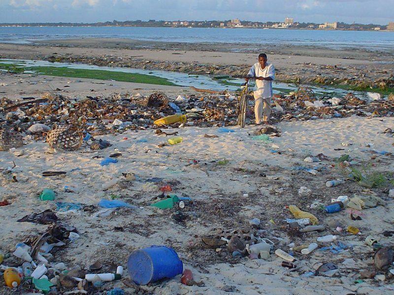 Une plage recouverte de déchets.