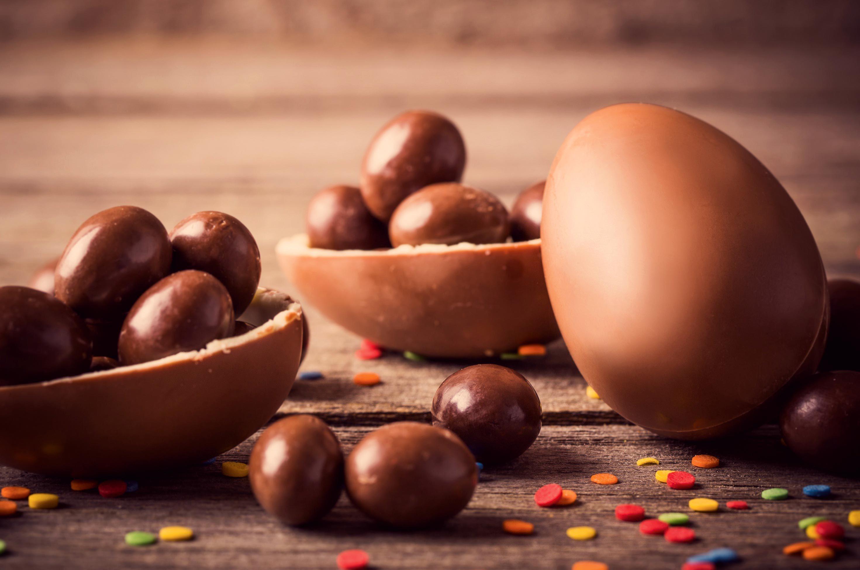 Dix amis se partagent 50 œufs au chocolat.