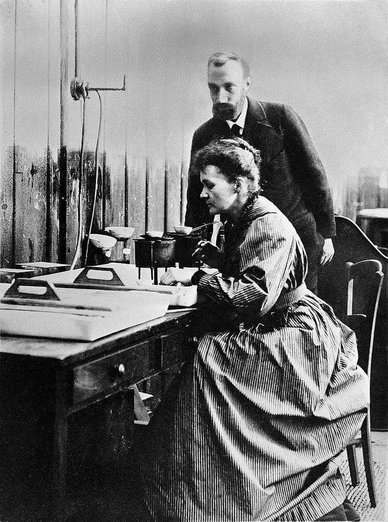 Pierre et Marie Curie dans leur laboratoire.