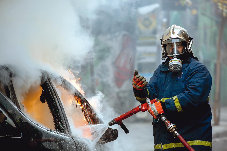 Équipement de protection d'un pompier sur les lieux d'un incendie.