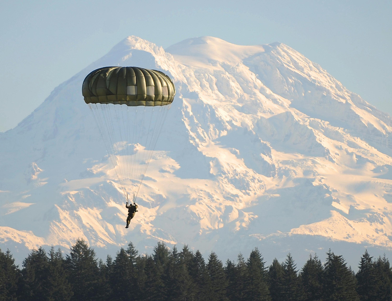 Parachute militaire de type hémisphérique (« rond »).