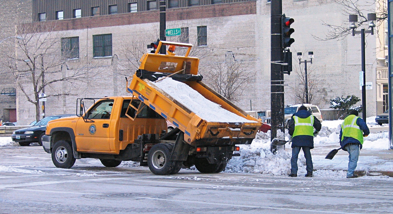 Salage des routes en hiver.