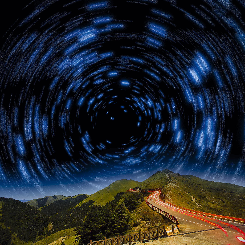 Une photographie des étoiles avec une pose longue.