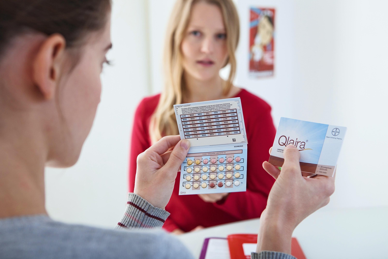 Une adolescente choisissant son moyen de contraception au planning familial.