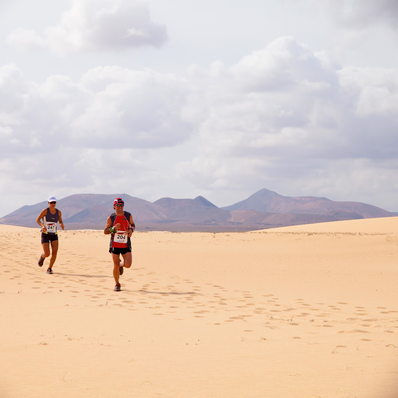 Les coureurs dans les dunes de sable lors du semi-marathon international Fuerteventura, en 2011.