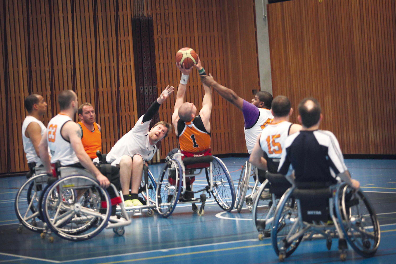 Des basketteurs en fauteuil roulant.