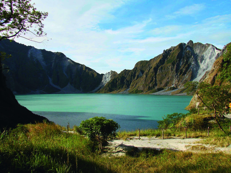 Le lac remplissant la caldeira du mont Pinatubo formée après l'éruption de 1991.