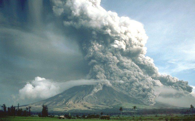 Photographie de jour de l'éruption du volcan Mayon.